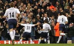 Dean Marney (andre fra venstre) jubler etter sitt første mål i Tottenham-trøya. (Foto: AP/Scanpix)