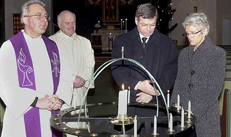 STILLE BØNN: Statsminister Kjell Magne Bondevik og Bjørg Bondevik tente begge lys til minne om ofrene 1. nyttårsdag. Bildet er tatt i Molde domkirke. (Foto: Kjell Herskedal/Scanpix)
