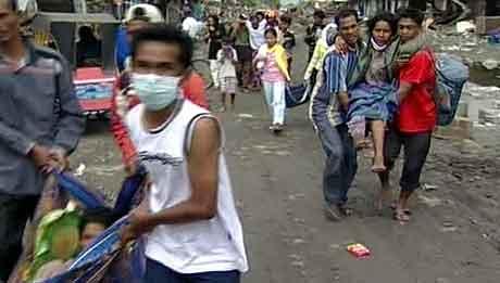 Folk på flukt etter at flodbølgen rammet Sumatra.
