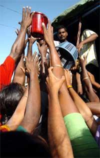 Indere sør for Madras strekker seg etter hjelpeforsyningene. (Foto: Reuters/Scanpix)