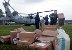 Et amrikansk helikopter deler ut nødhjelp ved Banda Aceh. (Foto: AP / Scanpix)