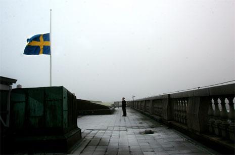 Flagget vaier på halv stang i den svenske Riksdagen i Stockholm i dag. (Foto: AP/Scanpix)
