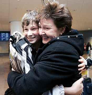 Ludvig var blant de heldige. Han var på ferie med sin far i Thailand. De er like hele, og på Arlanda ventet moren Carina Askerwall. Foto: AFP PHOTO / PRESSENS BILD / NILS PETTER NILSSON