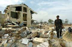 En indisk soldat skuer utover ødeleggelsene på Car Nicobar-øya. (Foto: AFP/Scanpix)