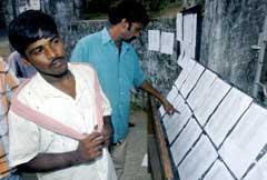 Innbyggerne sjekker listene over savnede i Port Blair, hovedstaden på Andaman-øyene. (Foto: AFP/Scanpix)