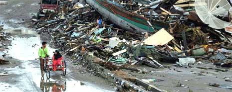 Flomrammede innbyggere i Meulaboh i Indonesia forsøker desperat å overleve i kaoset etter flodbølgen 2. juledag. (Foto: AFP)