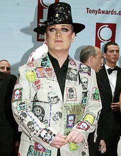 Boy George er en av artistene som bidrar på