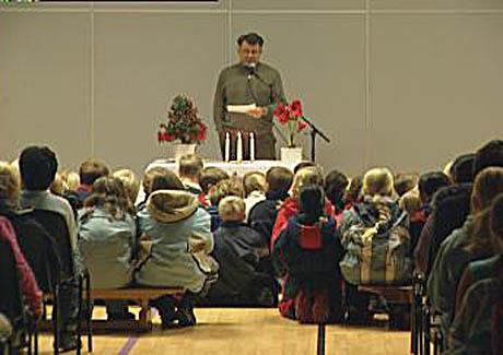 Rektor Helge Torsøe holdt en minnestund ved Solberg skole i Nedre Eiker. Foto: Harald Inderhaug, NRK.