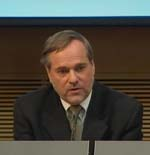Utenriksminister Jan Petersen på dagens pressekonferanse. (Foto: NRK)