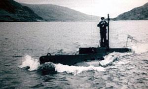 Ubåt i vannflaten. Foto: BBC.