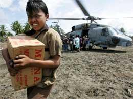 Amerikanske militærhelikoptre deltar i utdelingen av nødhjelp i Indonesia. (Foto: Reuters/Scanpix)