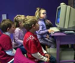 10 minutter hver. Barna i Gjettum barnehage rundt PC-skjermen.