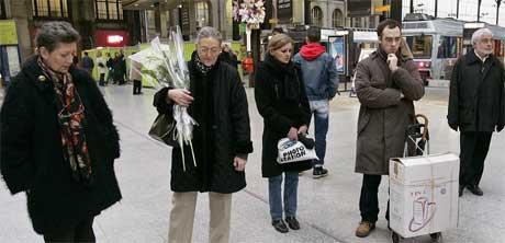 PARIS: Franskmenn under markeringen kl 12. (Foto: Scanpix / AP)