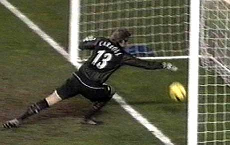 Manchester United-keeper Roy Carroll kløner ballen over mållinjen (Foto: Scanpix)
