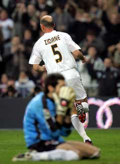 Zinedine Zidane blir bare å se i Real Madrid-drakten også i fremtiden. (Foto: AP/Scanpix)