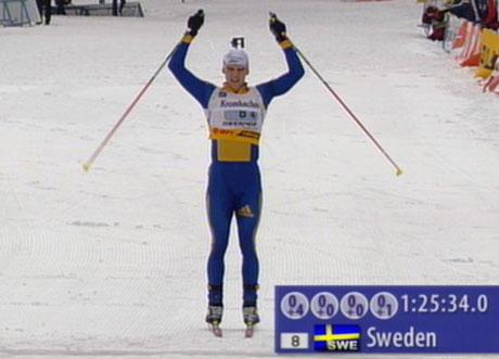 Carl Johan Bergmann kan løfte armene over hode etter at han er første mann i mål. (Foto: Scanpix)
