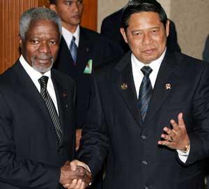 MØTE I JAKARTA: Den indonesiske presidenten, Susilo Bambang Yudhoyono, helsar på generalsekretæren i FN, Kofi Annan. (Foto: Enny Nuraheni / Reuters / Scanpix)