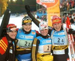 Tysklands vinnerlag med Uschi Disl, Katrin Apel, Andrea Henkel og Kati Wilhelm jubler over seieren i Oberhof. (Foto: AP/Scanpix)