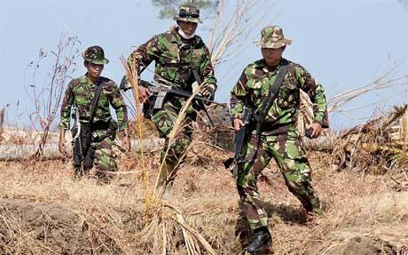 Regjeringssoldater som kunne ha vært satt inn i hjelpearbeidet, måtte i dag jakte på opprørere i Aceh (Scanpix/AFP)