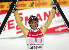 Martin Höllwarth jubler etter sin første hoppuke-seier etter å ha prøvd i 14 år. (Foto: Reuters/Scanpix)