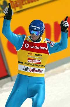 Janne Ahonen hoppet ned hele bakken i Willingen. (Foto: AFP / SCANPIX)