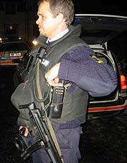 Væpnet politi letet etter raner i natt.