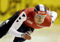 Mark Tuitert på vei til seier på 500-meteren. (Foto: AP/Scanpix)