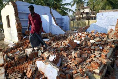 Tsunamien gjorde store ødeleggelser i mange land. En indisk fisker er tilbake til det ødelagte huset sitt. Foto: Reuters/Scanpix.
