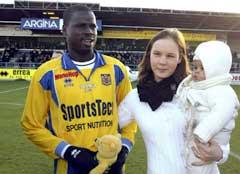 Emmanuel Eboue sammen med kone og barn. (Foto: AFP/Scanpix)