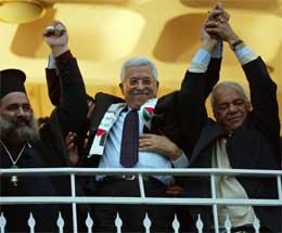 Abbas ble bokstavelig talt nesten løftet fram av sine tilhengere i Bir Nabala (Scanpix/Reuters)