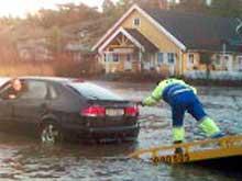 På riksvei 108 gikk vannet over veien. Her fra Ødegårdskilen på Hvaler. Foto: Anne Ognedal, NRK.
