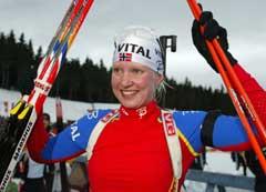 Linda Tjørhom jubler etter seieren i Oberhof. (Foto: Reuters/Scanpix)