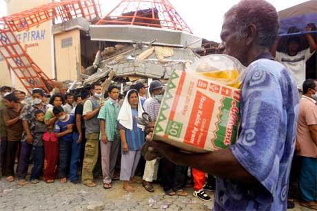 Overlevende i Banda Aceh i Indonesia står i kø for å få sårt trengt nødhjelp. (Foto: AP/Scanpix)