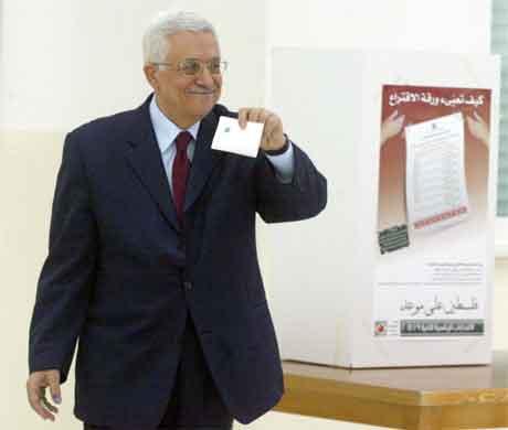 Storfavoritten Mahmoud Abbas avgir si røyst i Ramallah på Vestbreidda. (Foto: AFP/Scanpix)