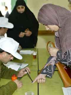 Mange kvinner møtte opp tidleg for å røyste i dei palestinske områda. (Foto: AFP/Scanpix)