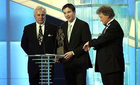 Trond Einar Elden takker for Egebergs ærespris. Her flankert av prisutdeler Arne Myrvold og programleder Dan Børge Akerø (Foto: Scanpix/Terje Bendiksby)