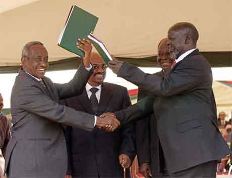 Sudans visepresident Ali Osman Taha (t.v.) og SPLA-leiar John Grang underteikna fredsavtalen i dag. (Foto: AP/Scanpix)