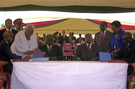 Frå sjølve underteikninga av avtalen i Nairobi i føremiddag. (Foto: AP/Scanpix)