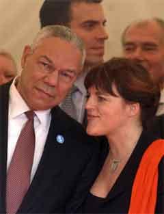 Colin Powell og Hilde Frafjord Johnson underteiekna begge fredsavtalen som vitne. (Foto: AP/Scanpix)