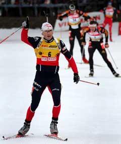 Raphael Poirée jubler i det han krysser målstreken på jaktstarten i Oberhof. (Foto: Reuters/Scanpix)
