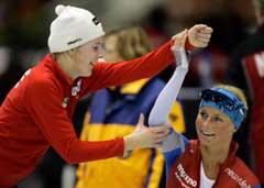 Nybakt norgesrekordholder Maren Haugli gratulerer Anette Bjelkevik med personlig rekord på 5000 meter. (Foto: Reuters/Scanpix)