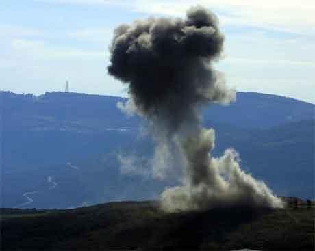 Røyk stig opp frå libanesisk side av grensa, etter at israelske fly bomba mål i området. (Foto: Reuters/Scanpix)