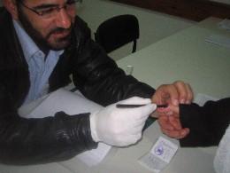 Velgerne fikk tomlene merket med blekk før de kunne stemme. (Foto: Ana Maria Borge Tveit/NRK)