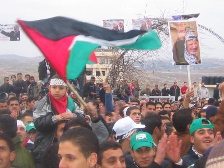 Folket i Bir Nabala jublet da Abu Mazen rundet av valgkampen i deres landsby. Valget er en test på at palestinerne kan velge sine ledere, selv om de lever under en brutal okkupasjon. (Foto: Ana Maria Borge Tveit/NRK)