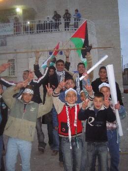 Palestinerne vil med valget vise at de kan skape demokrati til tross for okkupasjonen. Abu Mazen representerer håpet på et bedre liv. (Foto: Ana Maria Borge Tveit/NRK)