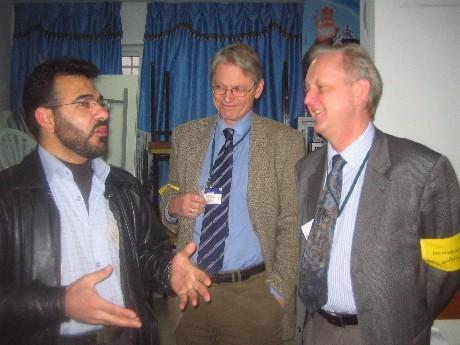 De norske valgobservatører Nils Butenschøn og Kåre Vollan var tilstede i Aza-flykningeleir ved Betlehem. De mener at det er små sjanser for valgfusk. (Foto: Ana Maria Borge Tveit/NRK)