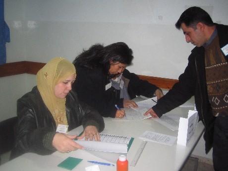 Kontrollen ved valglokalet i flykningeleieren Aza var meget strengt. Alle som stemte måtte være registrert. (Foto: Ana Maria Borge Tveit/NRK)