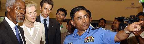 BESØKER MALDIVENE: FNs generalsekretær Kofi Annan og kona Nane ble vist rundt i krisesenteret i Maldivene av politisjef Adam Zahir søndag. (Foto: Senda Vidanagama/AFP)
