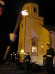 Befalskole-elever fra Horten foran Undrumsdal kirke. Foto: Rune Jensen, NRK.