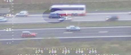 Politiets helikopter fulgte etter biltyven på hans ferd mot kjøreretningen på E6. (Foto: Politiet)